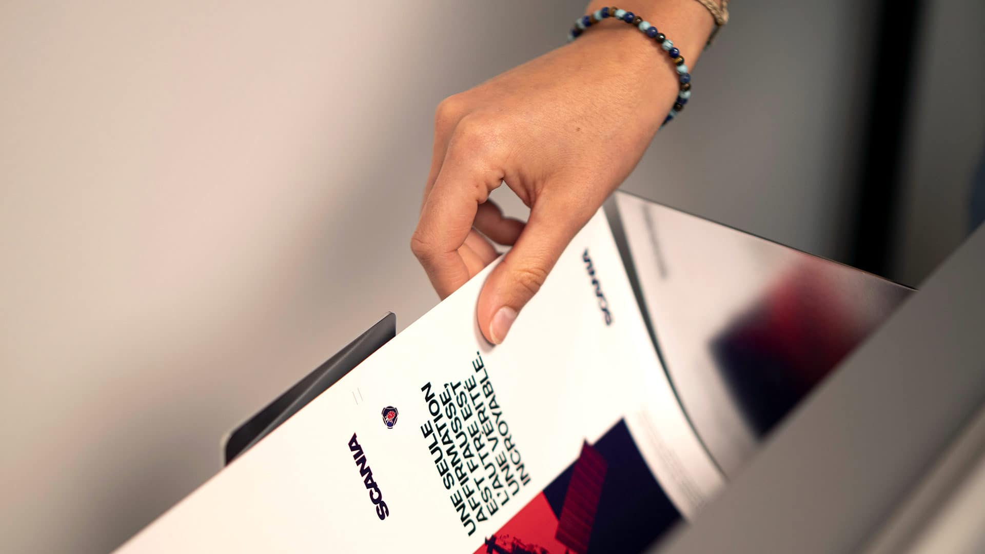 Mailing imprimé, inséré dans la machine de découpe