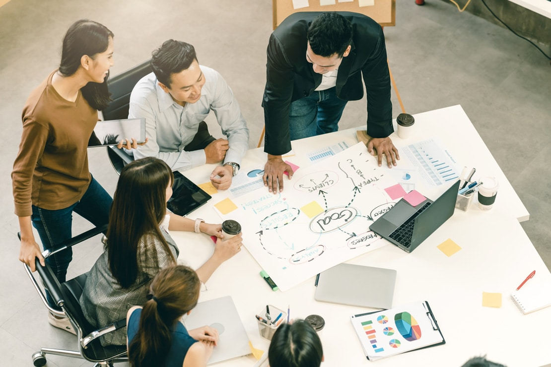 Réunion d'équipe pour créer un plan marketing et un plan de communication