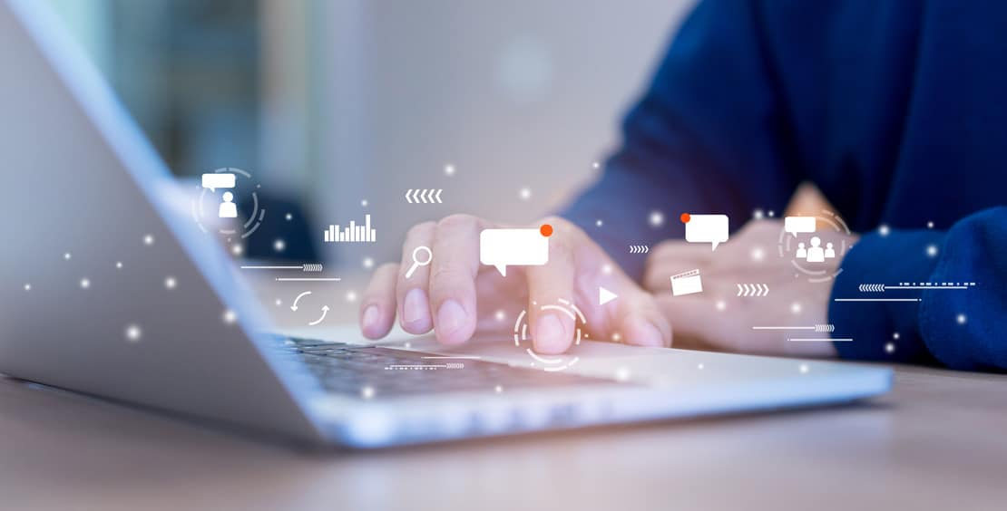 Un ordinateur avec des données regroupant le marketing et la communication
